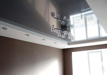 фото натяжного потолка в гостинную