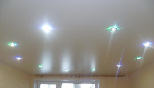 Натяжные потолки белый сатин